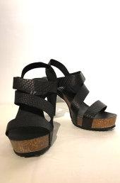 993ea7ea79b3 4135. Høj sandal i reptilpræget råt skind med blød korkbund.